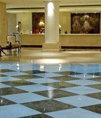 Blankpolerte gulvfliser i en hotell lobby
